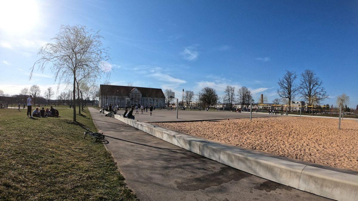 Der Basketballplatz im Augsburger Sheridan-Platz am Tag nach dem Polizeieinsatz.