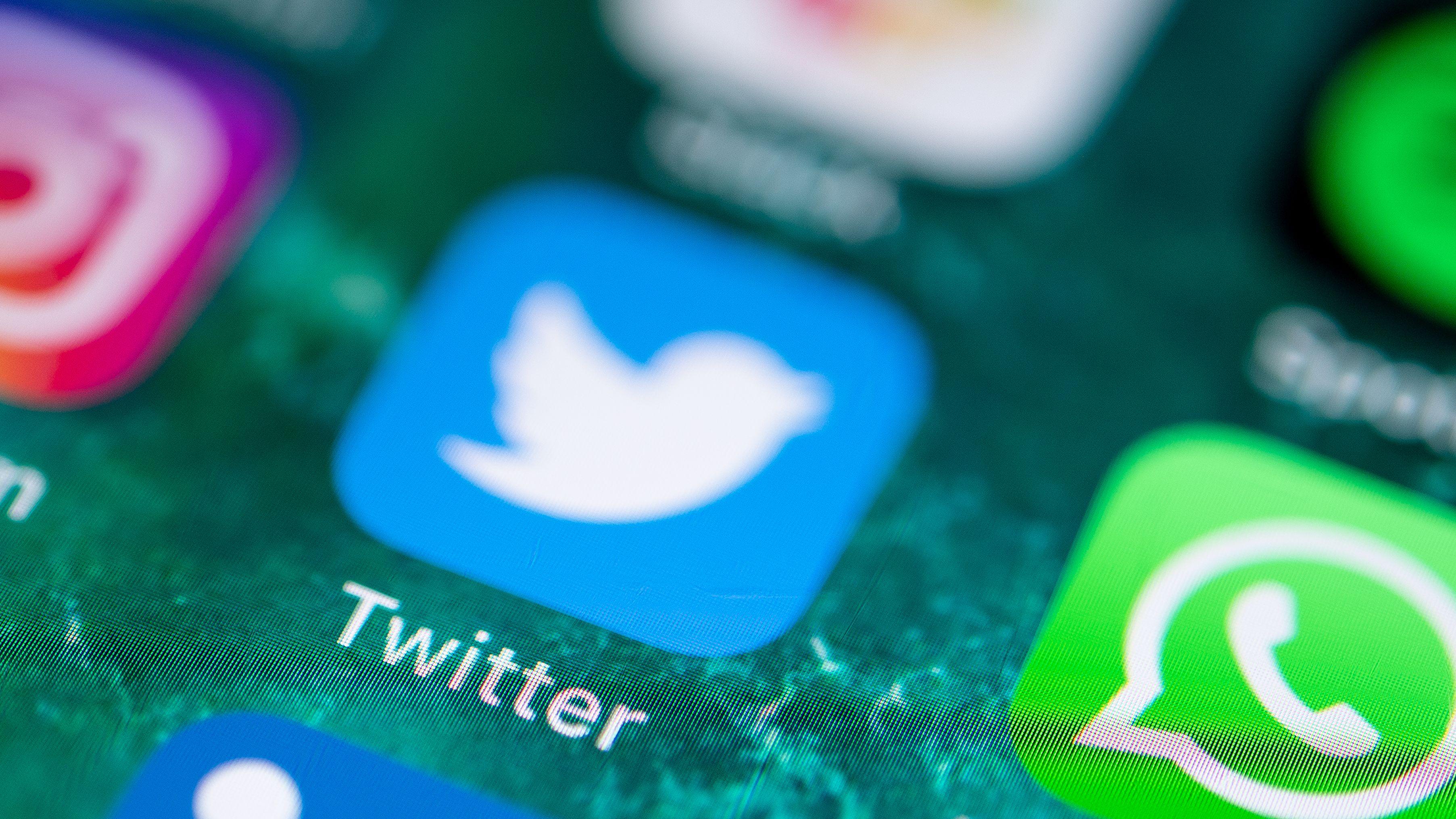 Auf dem Bildschirm eines iPhones werden diverse Kommunikations-Apps angezeigt