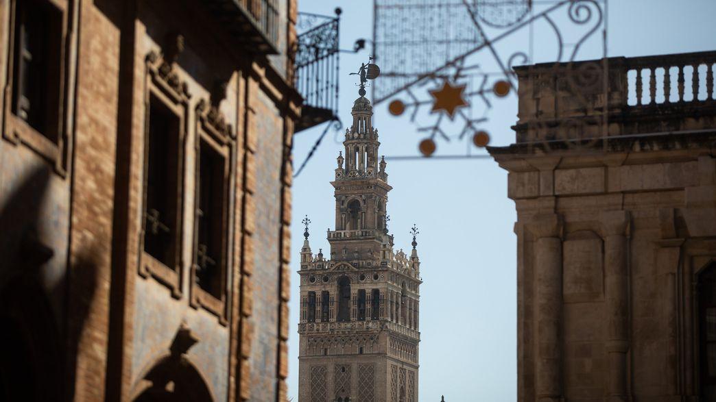Aufnahme der Kathedrale von Sevilla durch eine Häuserschlucht.