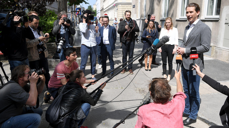 Sebastian Kurz (ÖVP), Bundeskanzler von Österreich, spricht nach seiner Stimmabgabe zur Europawahl mit Journalisten.