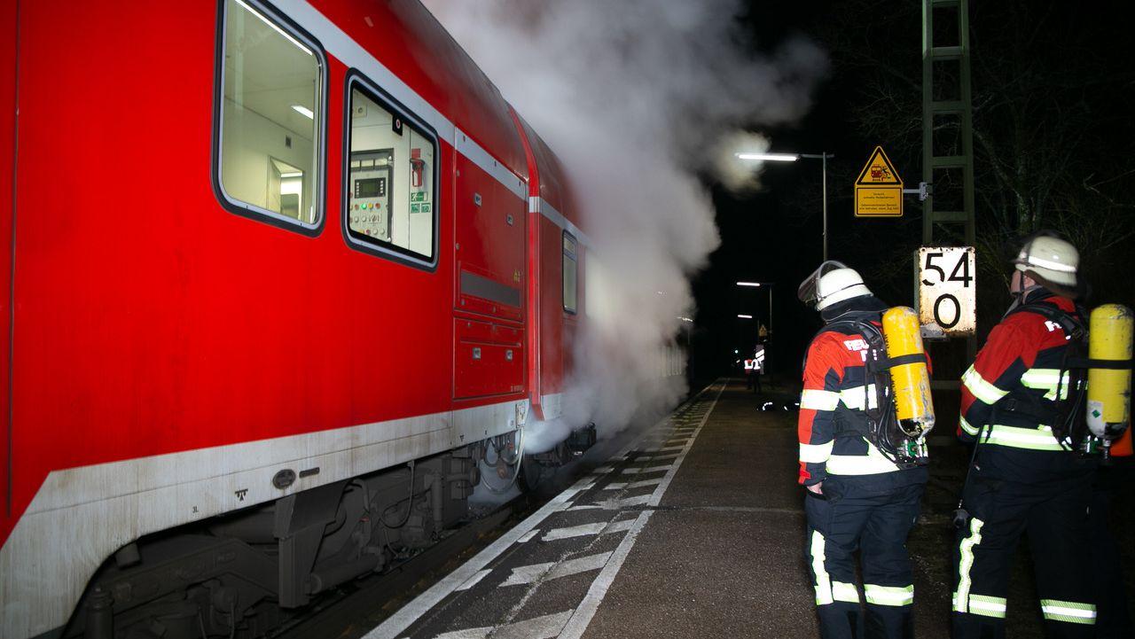 Überhitzte Bremsen eines Regionalexpresses haben in der Nacht auf Donnerstag zu einem Großeinsatz von Polizei und Feuerwehr geführt.