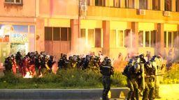 Bei Demonstrationen gegen das Krisenmanagement der Regierung ist es in Belgrad erneut zu Ausschreitungen gekommen.  | Bild:BR24
