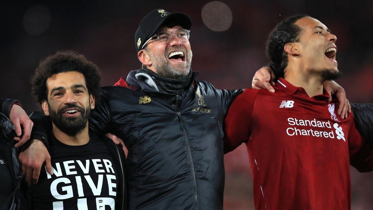 Jürgen Klopp (M), Trainer von Liverpool, jubelt mit seinen Spielern Mohamed Salah (l) und Virgil van Dijk über den Sieg.