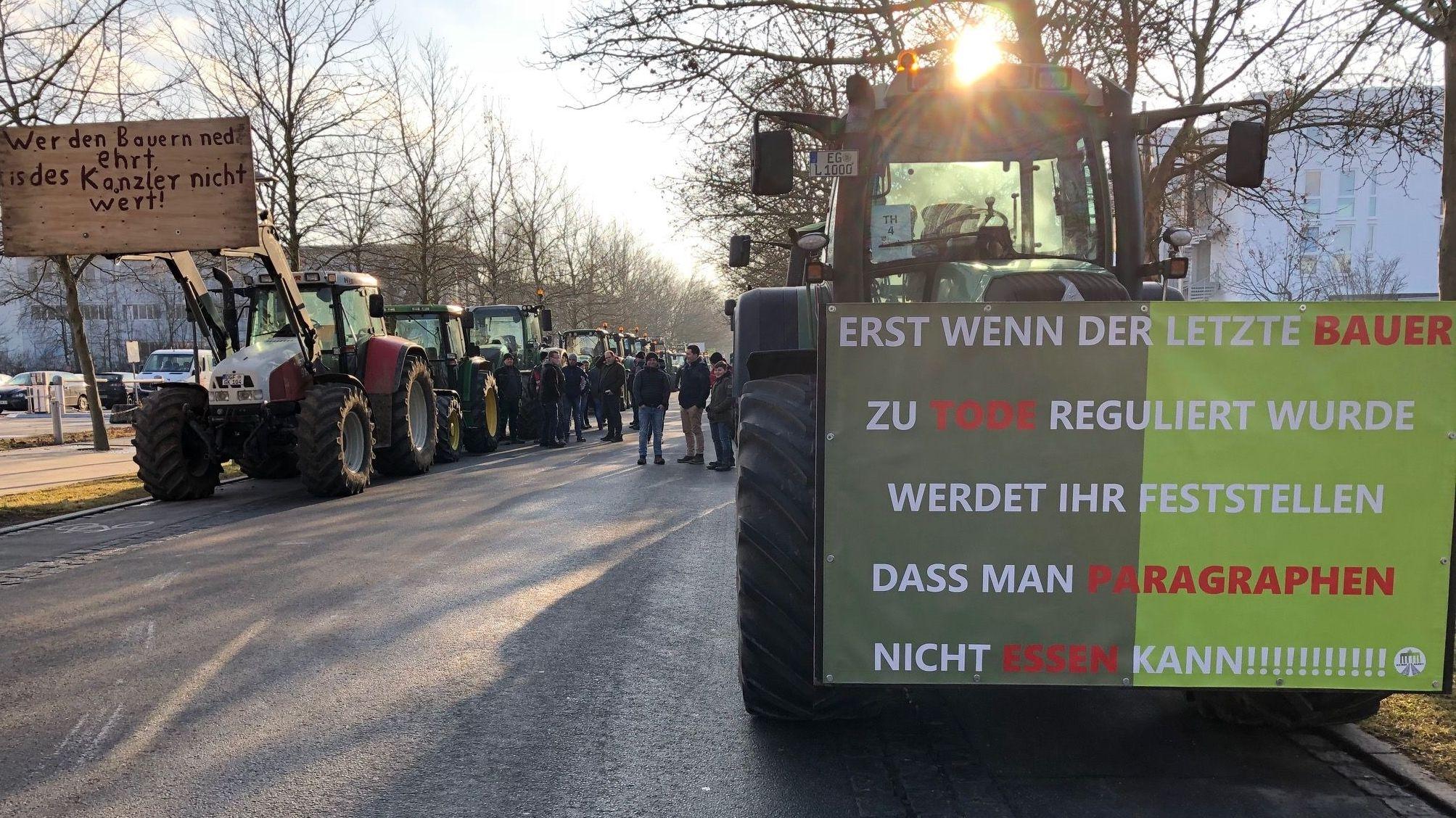 Traktoren mit Bannern vor der Deggendorfer Stadthalle