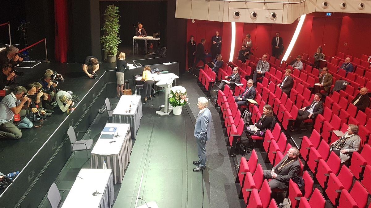 OB Reiter und der neue Stadtrat im Deutschen Theater