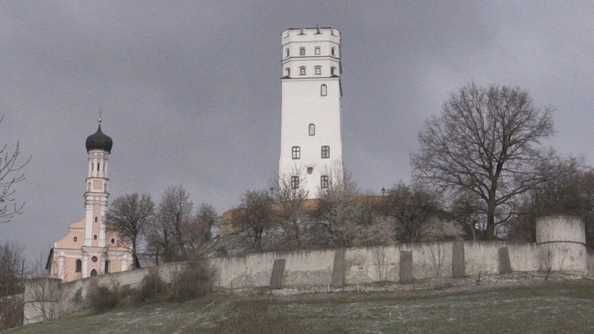 Die Burg Markt in Biberbach im Landkreis Augsburg ist ein Fuggerschloss aus dem 14. Jahrhundert. Hoch thront sie auf ihrem Hügel und schaut auf die Stadt herunter. Und dort gibt's gerade Zoff. Denn unterhalb der Burg soll gebaut werden