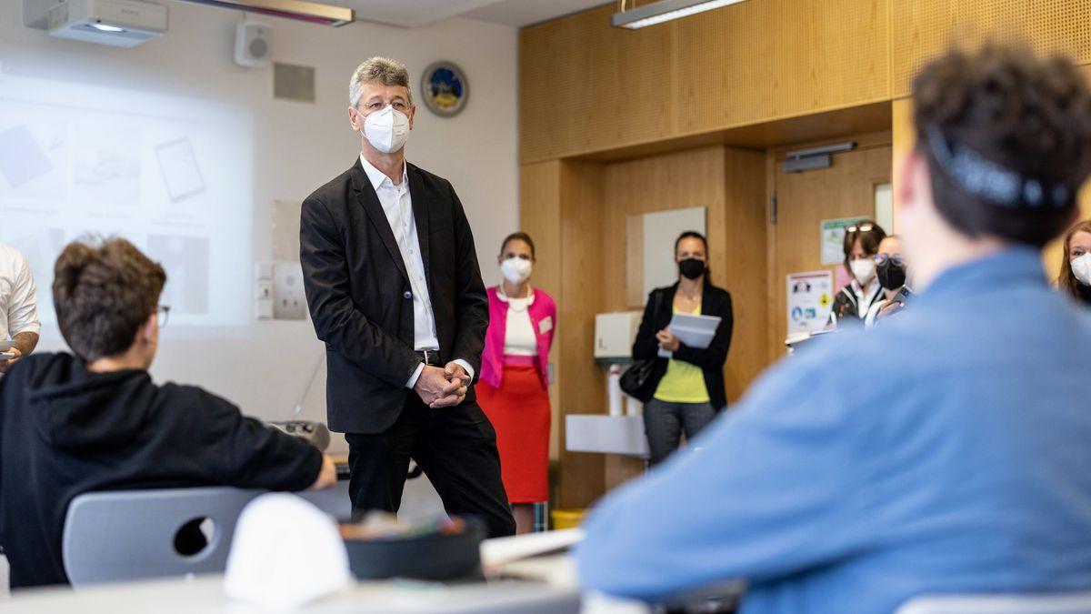 Michael Piazolo, Kultusminister von Bayern (FW) spricht bei einem Ministerbesuch mit Schülern.