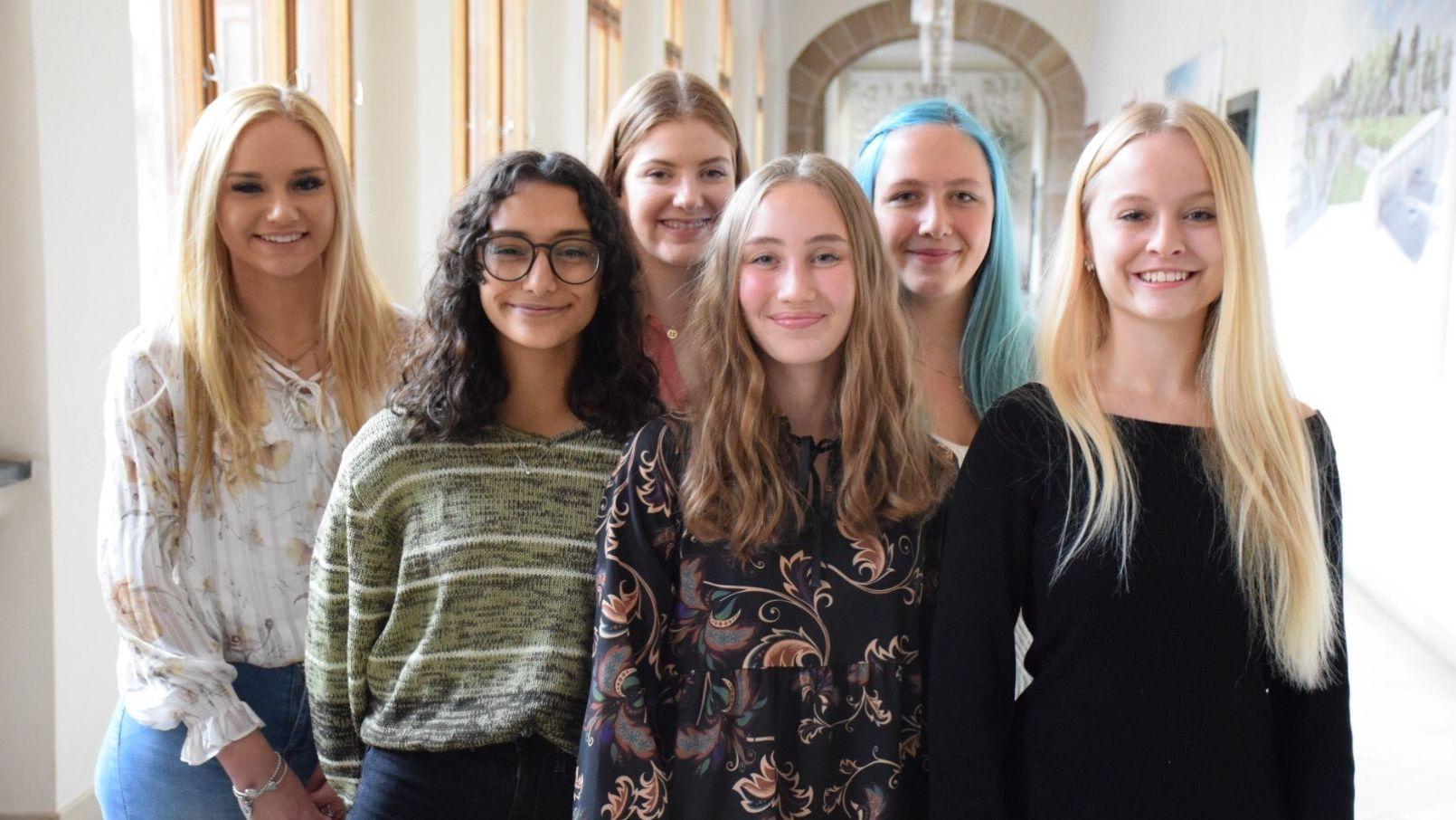 Die sechs Kandidatinnen für die Nachfolge als Nürnberger Christkind von Rebecca Ammon.