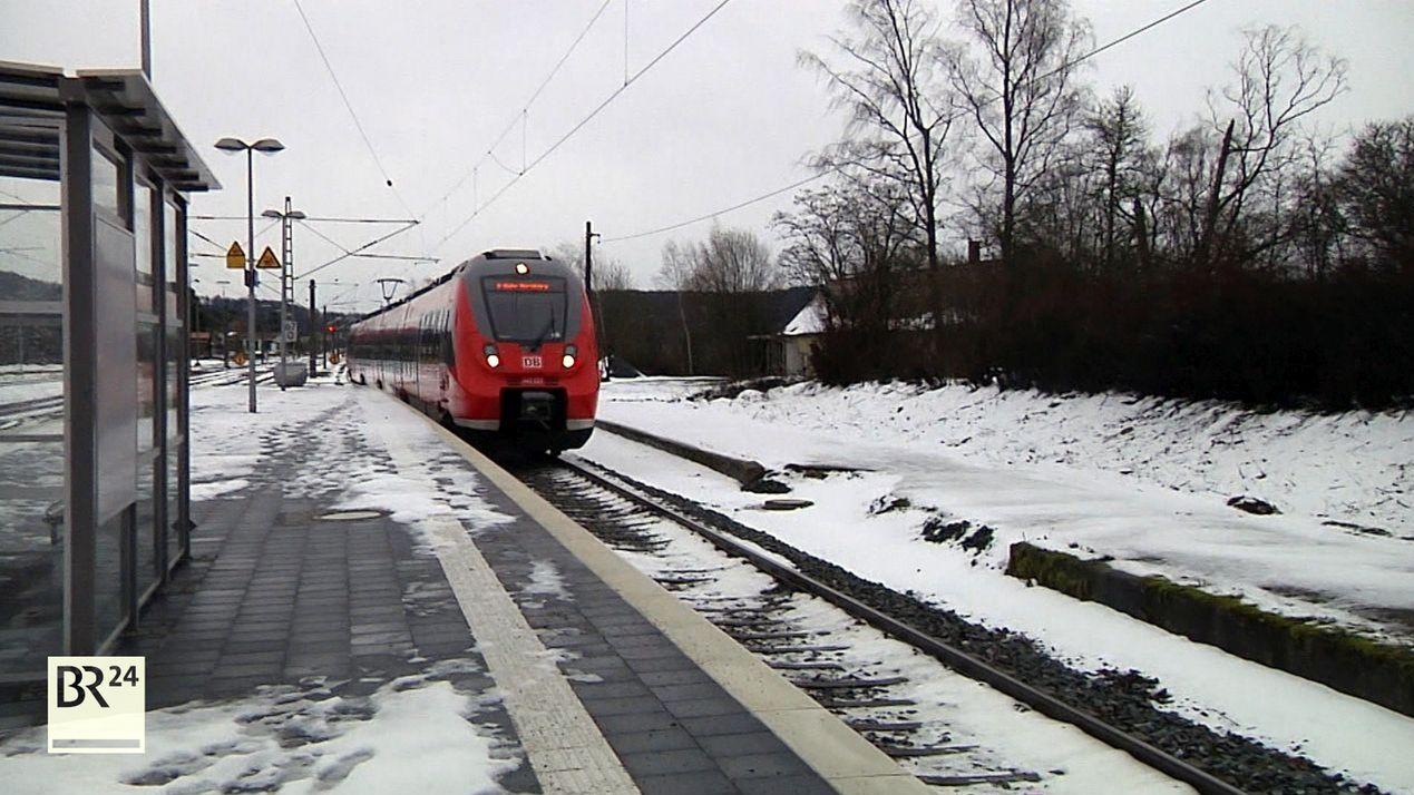 Eine Regionalbahn fährt in einen Bahnhof ein