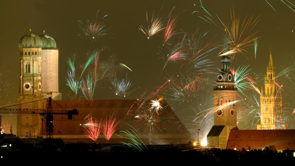Feuerwerk mit Raketen zu Silvester in München