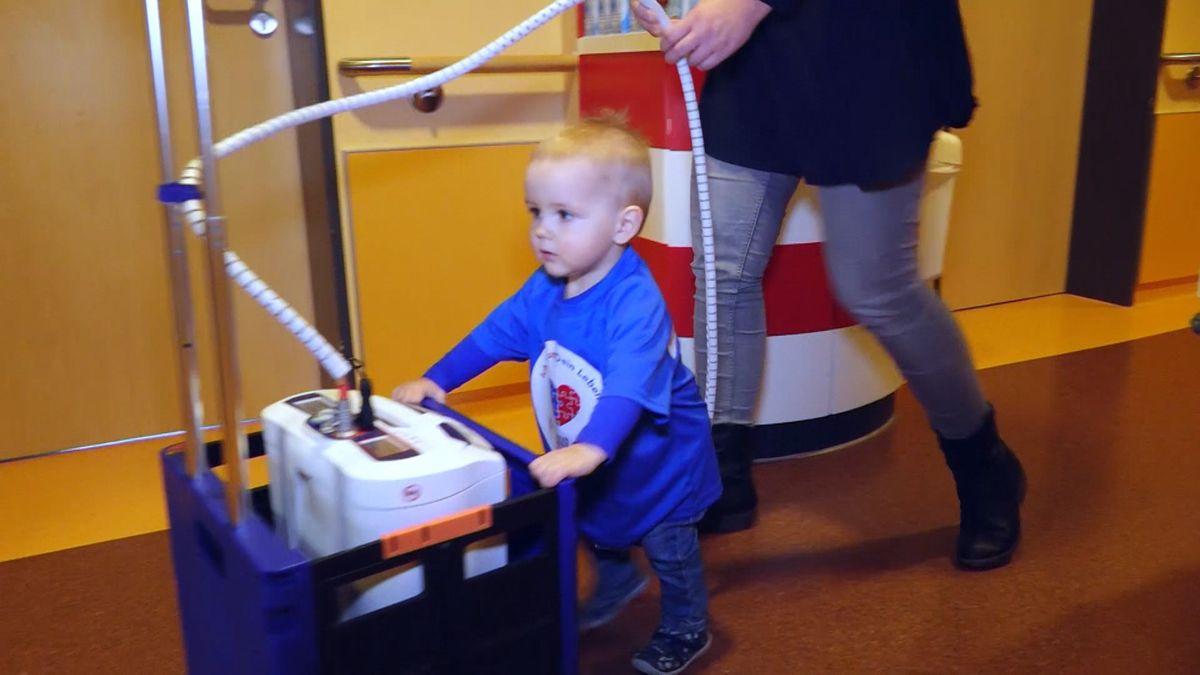 Jakob schiebt den Rollwagen mit seinem Kunstherz durch einen Klinikgang