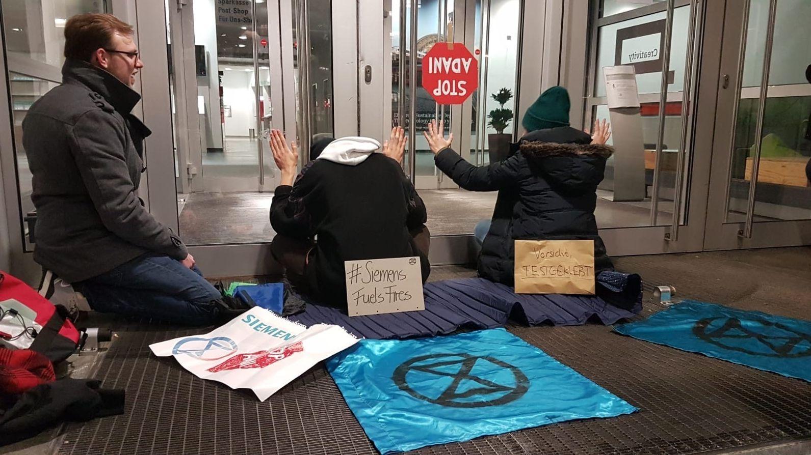 """Protest von Klimaaktivisten der """"Extinction Rebellion"""" gegen einen Siemens-Auftrags in Australien"""
