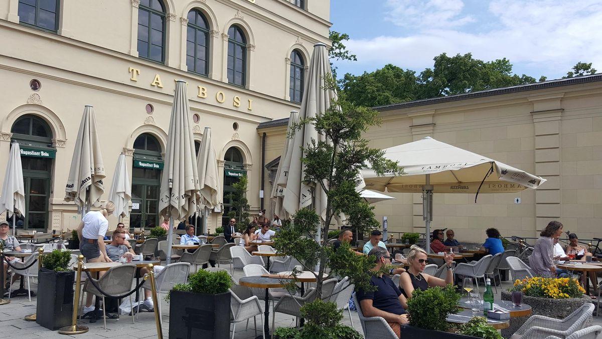 Cafe Tambosi Nähe Odeonsplatz in München: Ab diesem Montag darf es auch wieder innen öffnen.