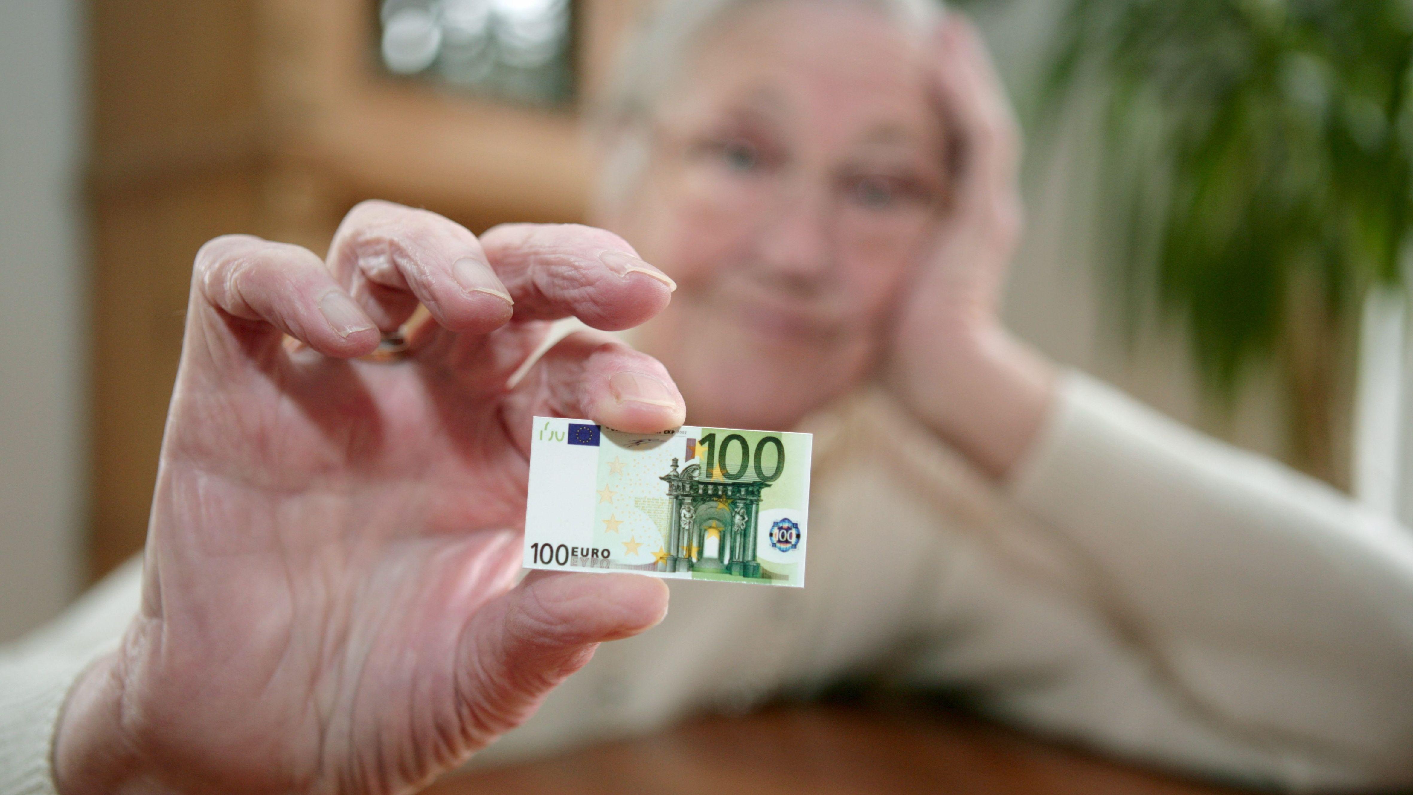 In Bayern mussten 2017 rund 41.600 Frauen ihre Rente mit Grundsicherung aufstocken, weil sonst das Geld zum Leben nicht reicht.