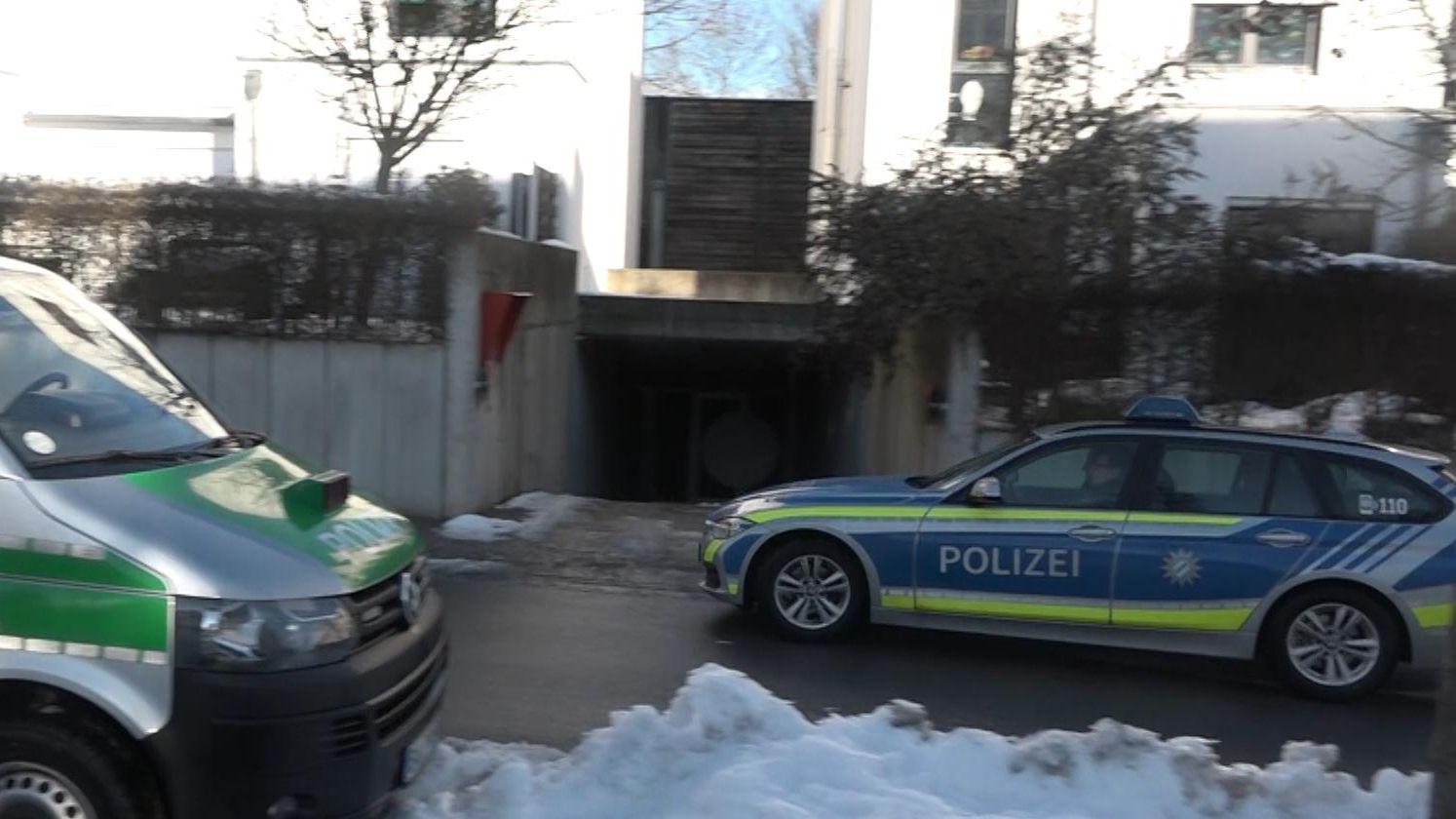 Polizeiautos vor der Tiefgarage, in der das Kind missbraucht worden sein soll.