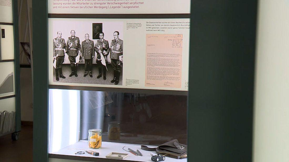 Ein Schwarz-Weiß-Foto der Ausstellung über den Staatssicherheitsdienst der DDR.