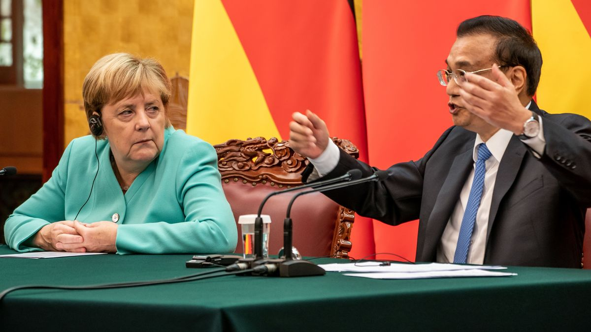 Bundeskanzlerin Angela Merkel sitzt neben Li Keqiang, Ministerpräsident von China