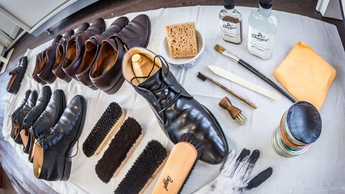 Mehrere Schuhe und Schuhputzzeug auf einem weißen Laken