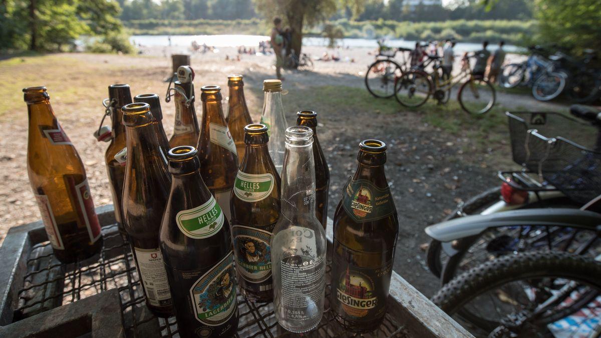 Die bayerische Staatsregierung macht sich für Alkoholverbote im öffentlichen Raum stark - zum Schutz vor einer Corona-Ausbreitung.