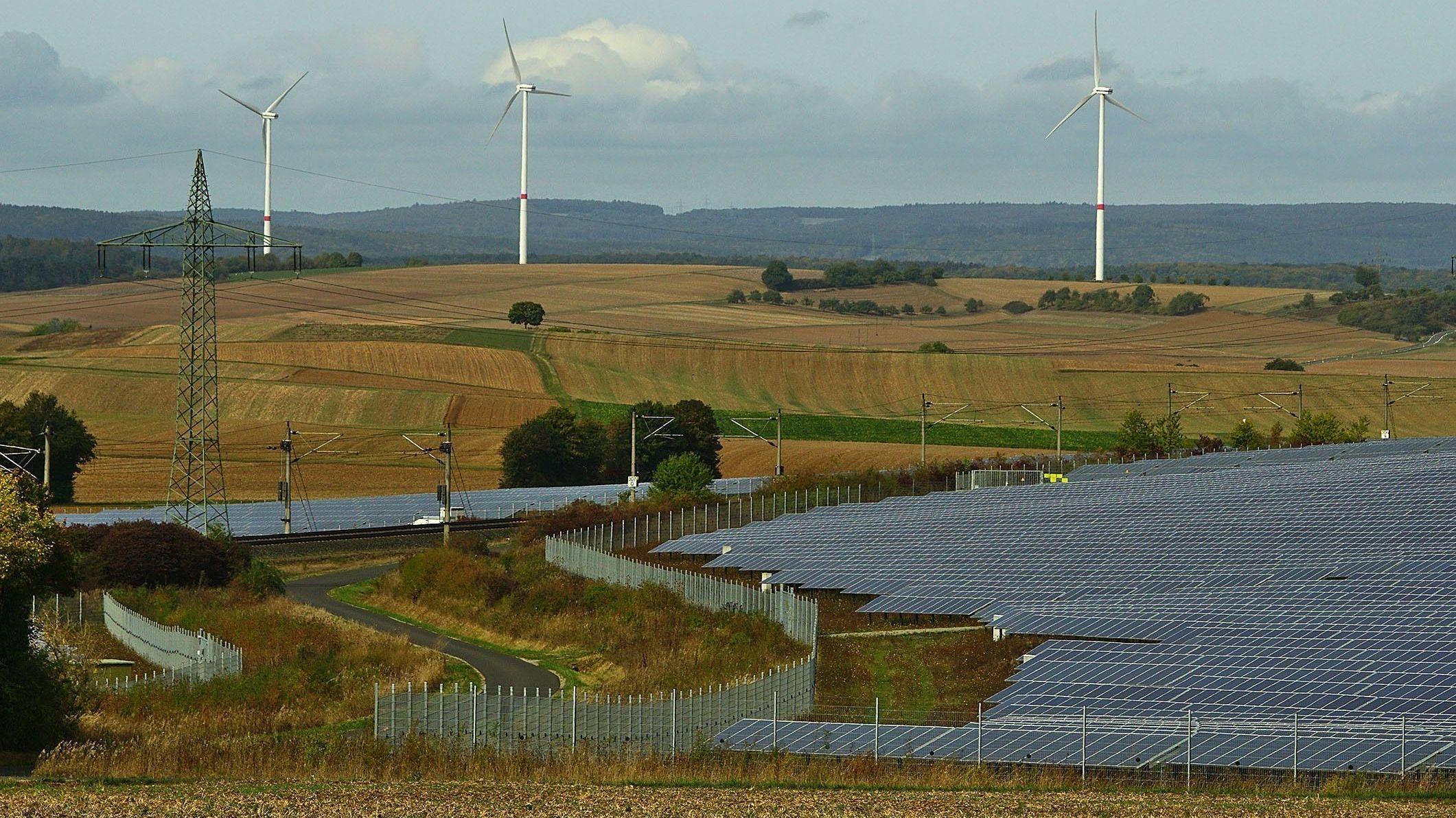 Photovoltaik-Anlagen und Windräder auf der Mainplatte nördlich von Würzburg