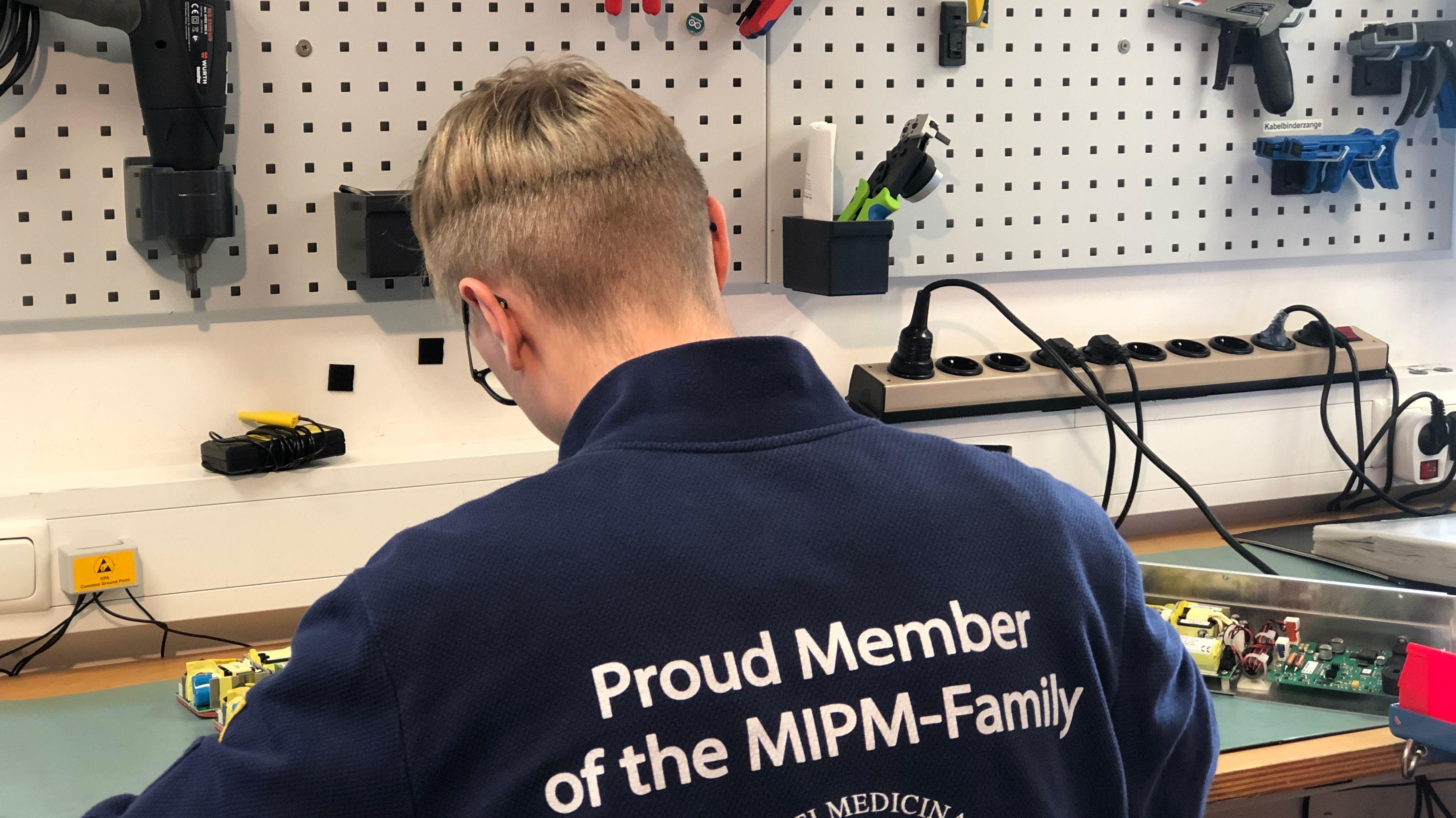 Mitarbeiter  des Herzfrequenzmessers MIPM in Mammendorf