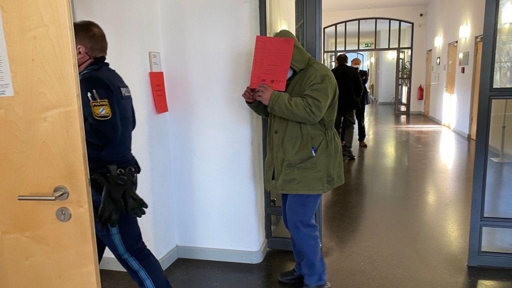 Der Angeklagte auf dem Weg in den Gerichtssaal
