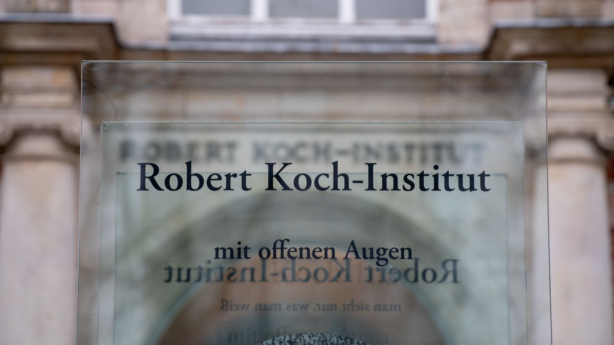 Glasstele am Eingang des Robert Koch-Instituts