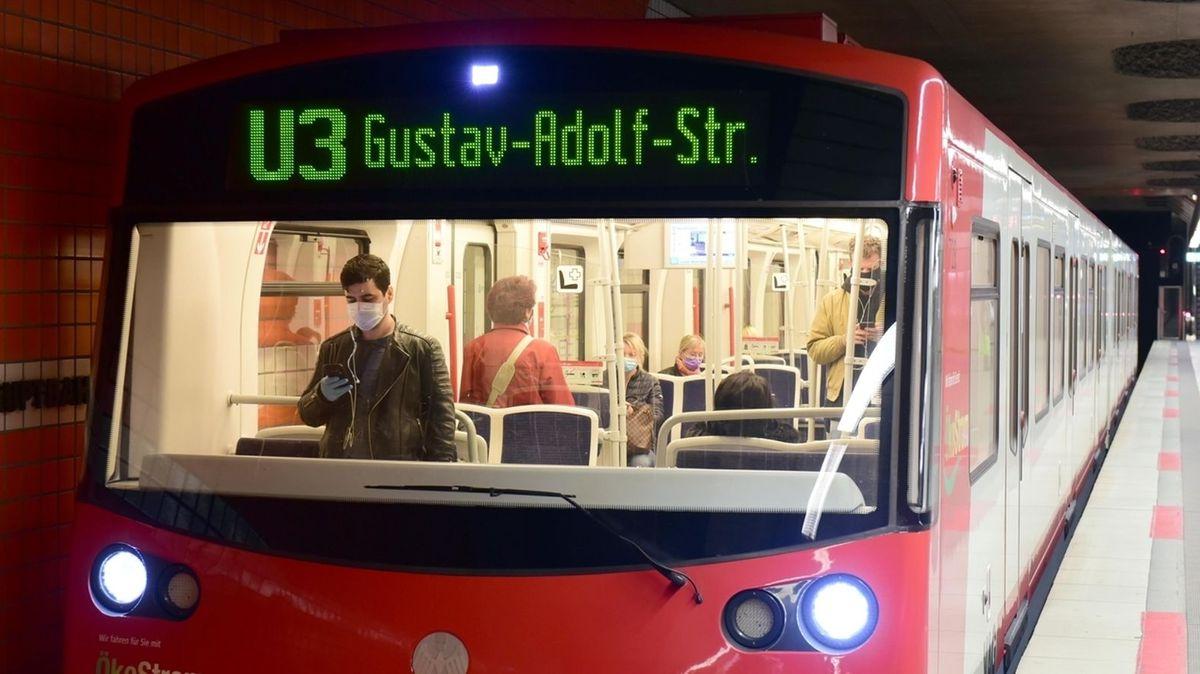 Mann steht mit Maske in der U3 Richtung Gustav-Adolf-Straße