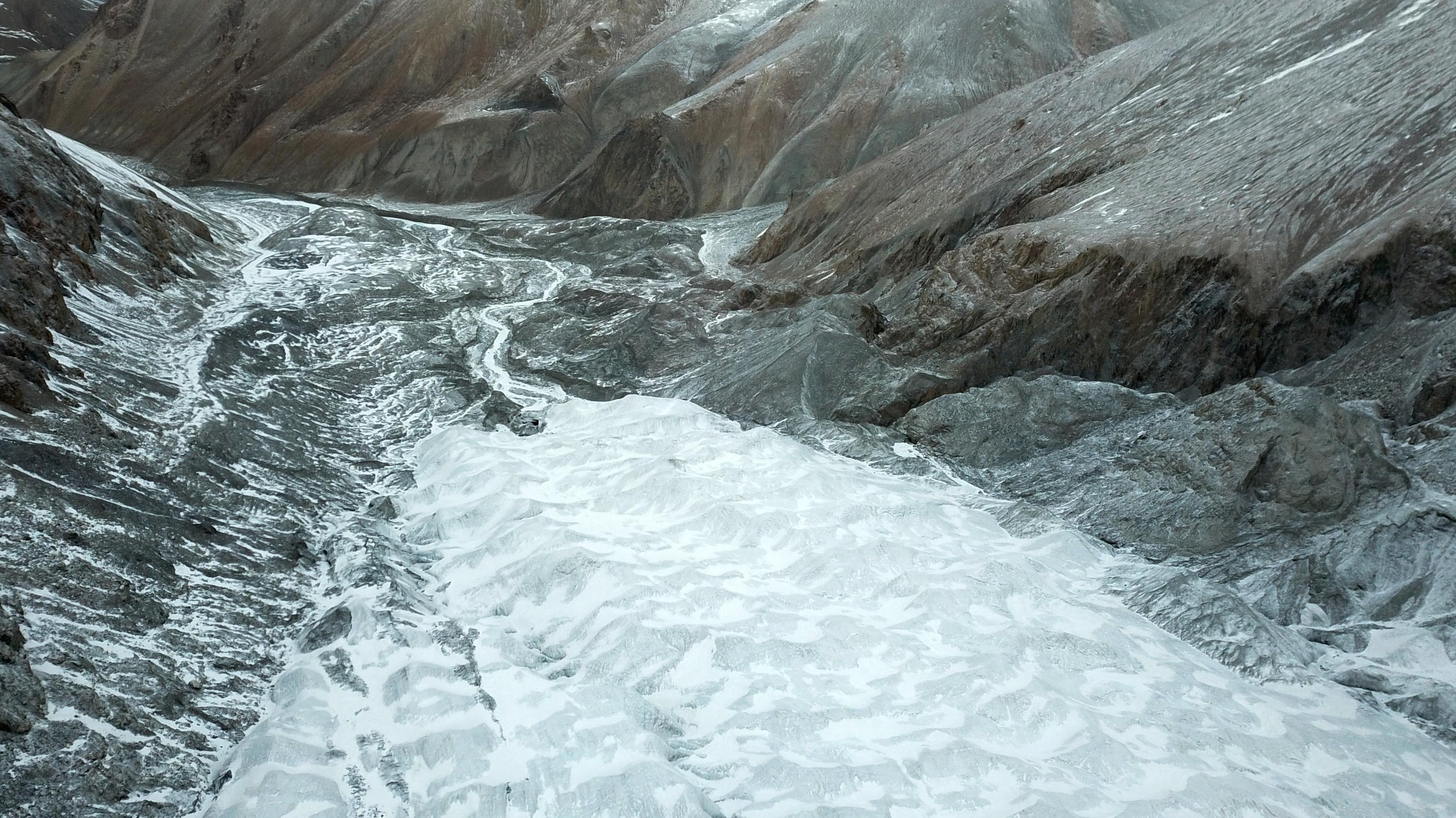 Das am 30. November 2017 aufgenommene Foto zeigt den Laohugou-Gletscher Nr. 12 in den Qilian-Bergen in der nordwestchinesischen Provinz Gansu. Alle touristischen Einrichtungen des Laohugou-Gletschers Nr. 12 wurden vollständig entfernt, um den Gletscher zu erhalten.