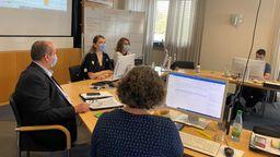 Die Führungsgruppe Katastrophenschutz bei einer Besprechung im Sitzungssaal des Landratsamts Würzburg. | Bild:BR/Christiane Scherm