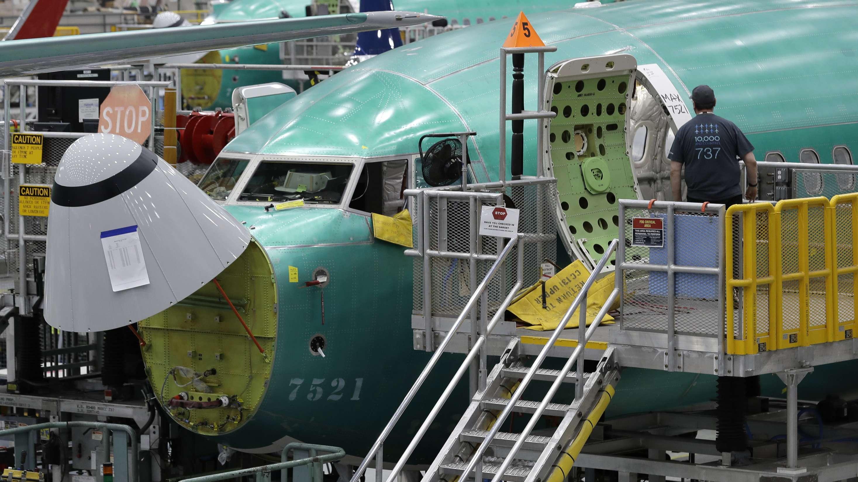 Ein Mitarbeiter geht in eine Boeing 737 Max 8 während einer Pressetour im Boeing-Werk Renton im US-Staat Washington.