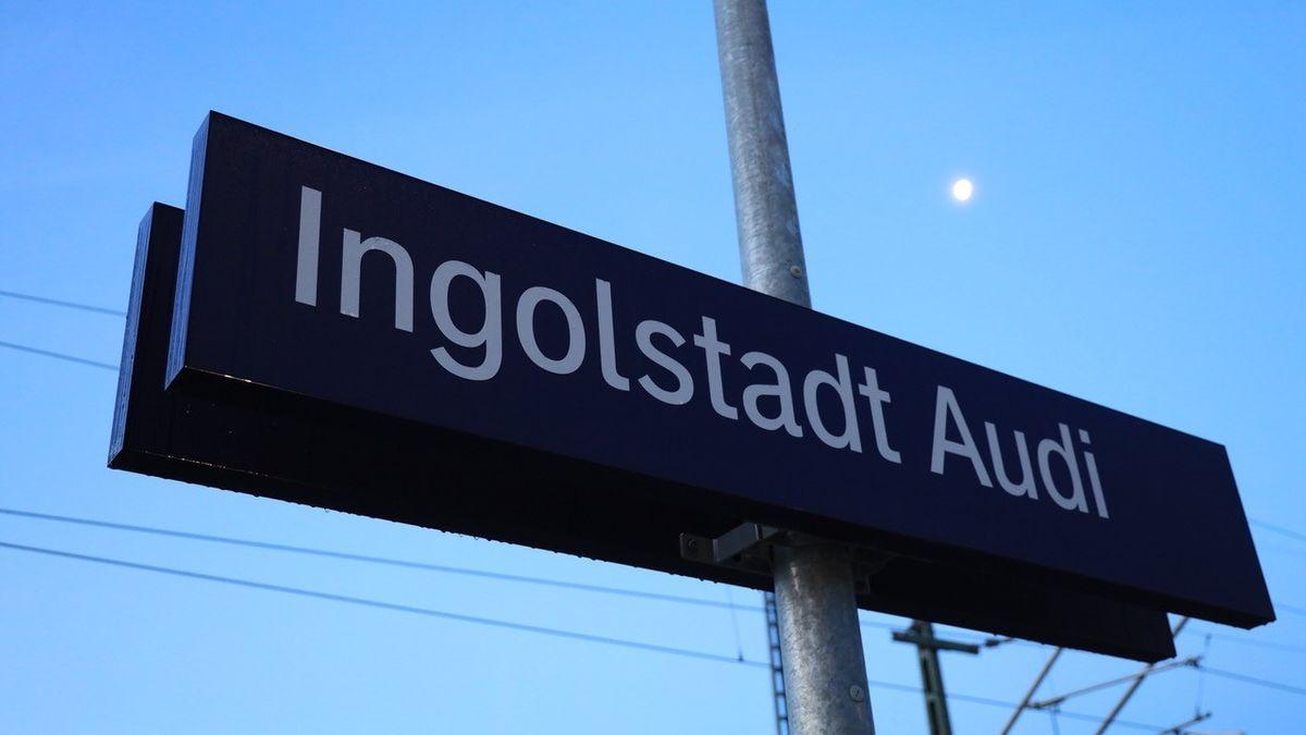 Schild am neuen Bahnhalt Audi in Ingolstadt