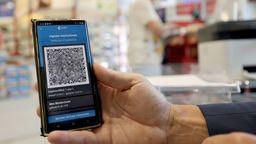 Smarthone mit digitalem Impfpass in Apotheke.  | Bild:Picture Alliance
