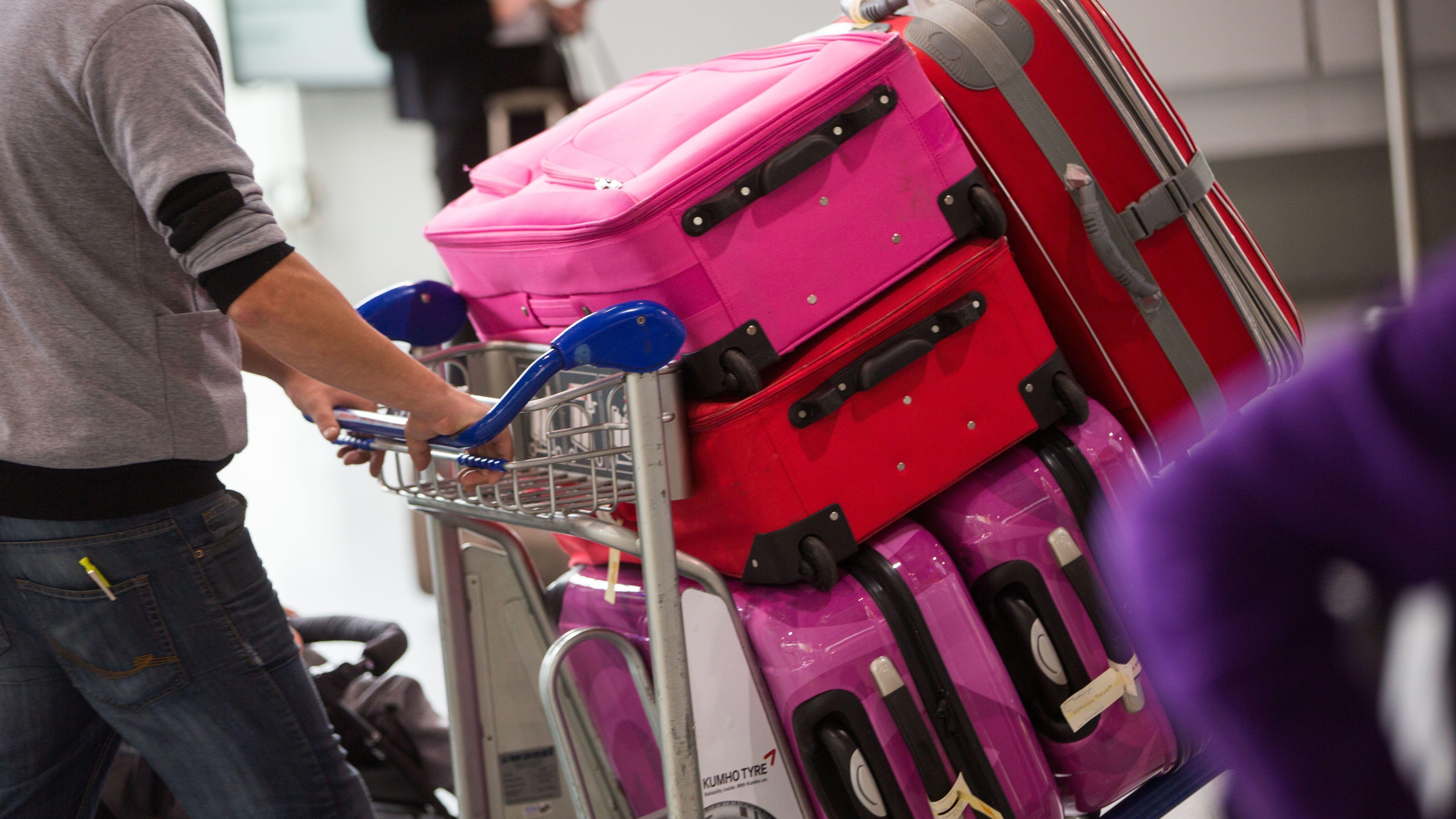 Ein Mann mit Gepäckwagen im Frankfurter Flughafen