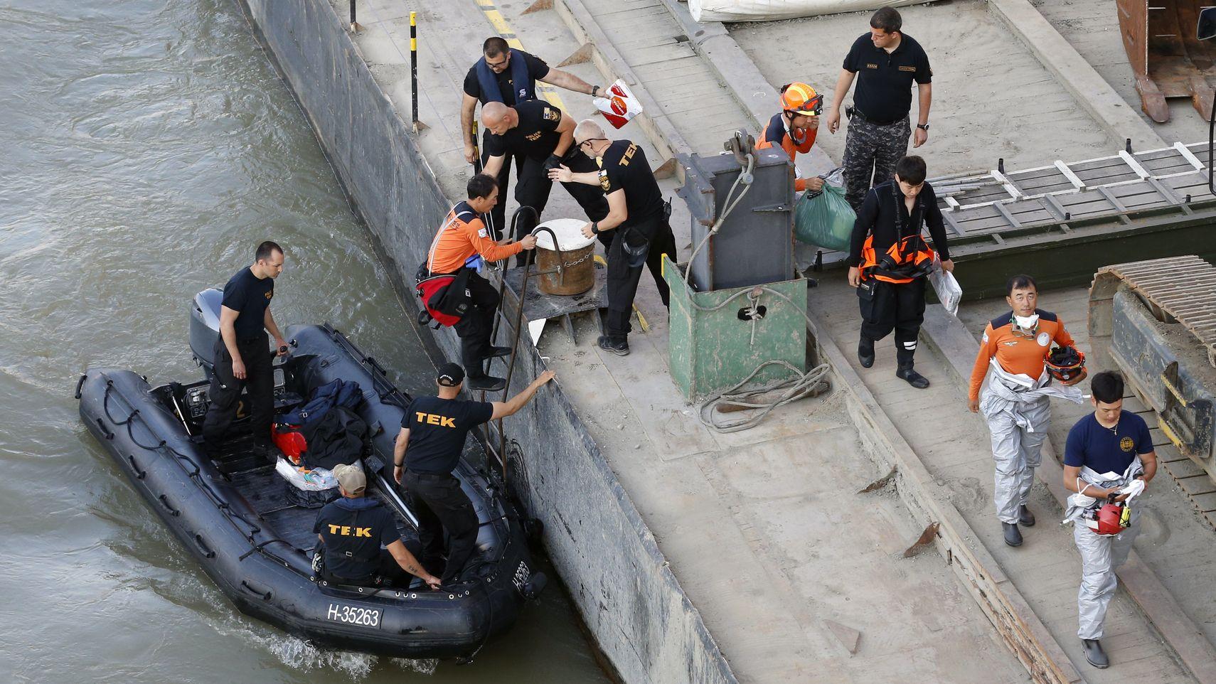 """Leute arbeiten in der Nähe der Margaretenbrücke auf der Donau, um die Bergung des gesunkenen Schiffswracks vorzubereiten. Nach dem schweren Unglück am 29. Mai 2019 auf der Donau arbeiten die Einsatzkräfte weiter daran, das Wrack der """"Hableany"""" zu bergen."""