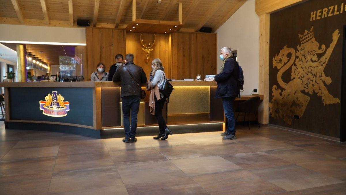 Die letzten Hotelgäste checken vor dem Teil-Lockdown aus