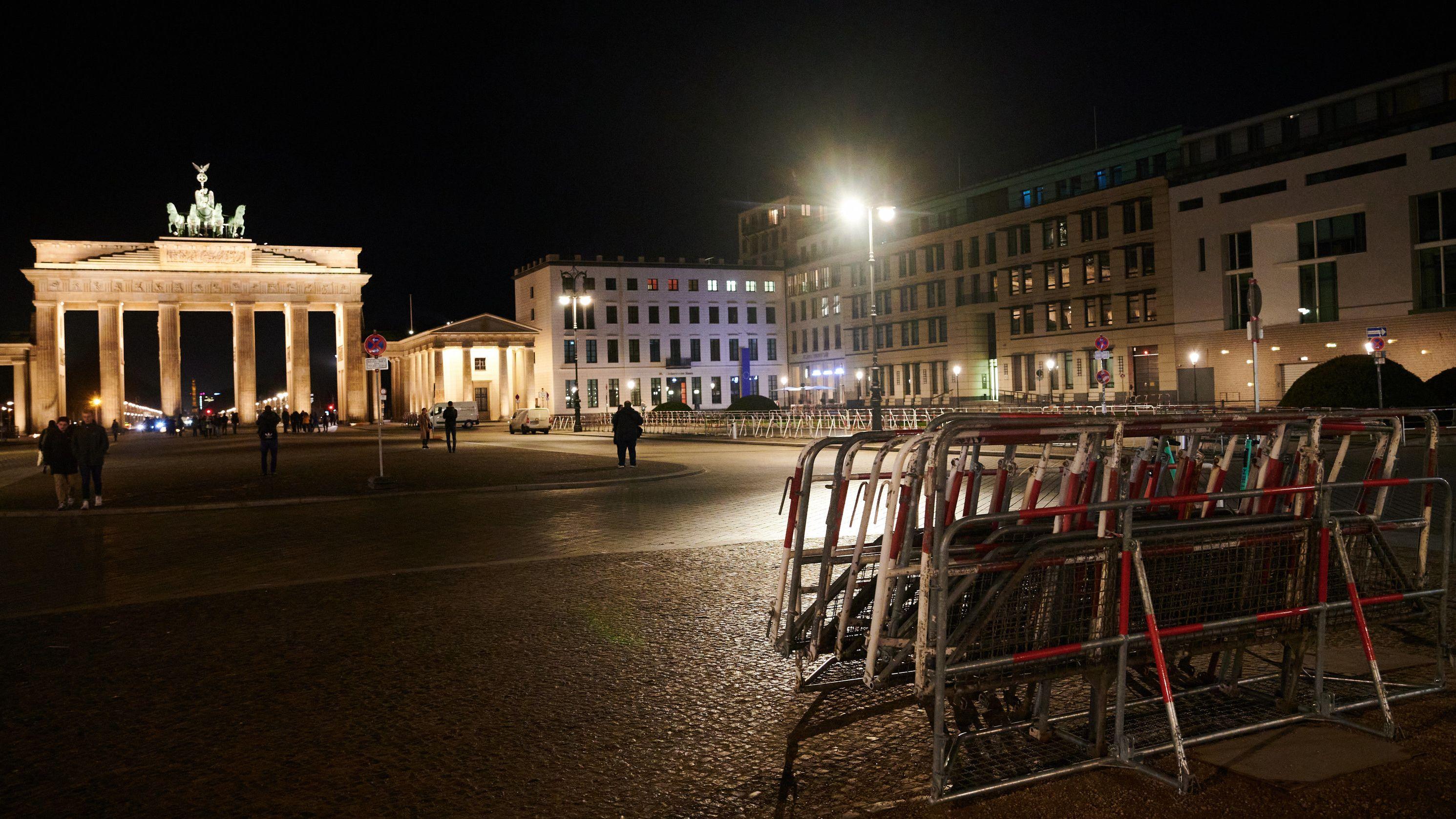 Absperrgitter stehen am Brandenburger Tor. Hier werden bereits Sicherheitsvorkehrungen für die Libyen-Konferenz in Berlin getroffen.