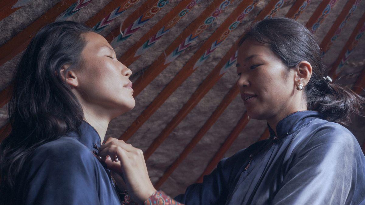 Zwei Schwestern, zwei Welten: Wessi (l.) kehrt aus Deutschland zu ihrer Schwester in die Mongolei zurück. Der Abstand bleibt.