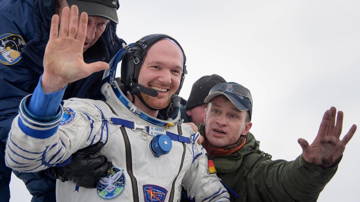 Alexander Gerst strahlt und winkt in die Kamera, nachdem er am 20. Dezember 2018 aus der Sojus-Raumkapsel gezogen wurde, mit der der deutsche Astronaut nach über einem halben Jahr auf der Internationalen Raumstation ISS wieder zur Erde zurückkehrte.