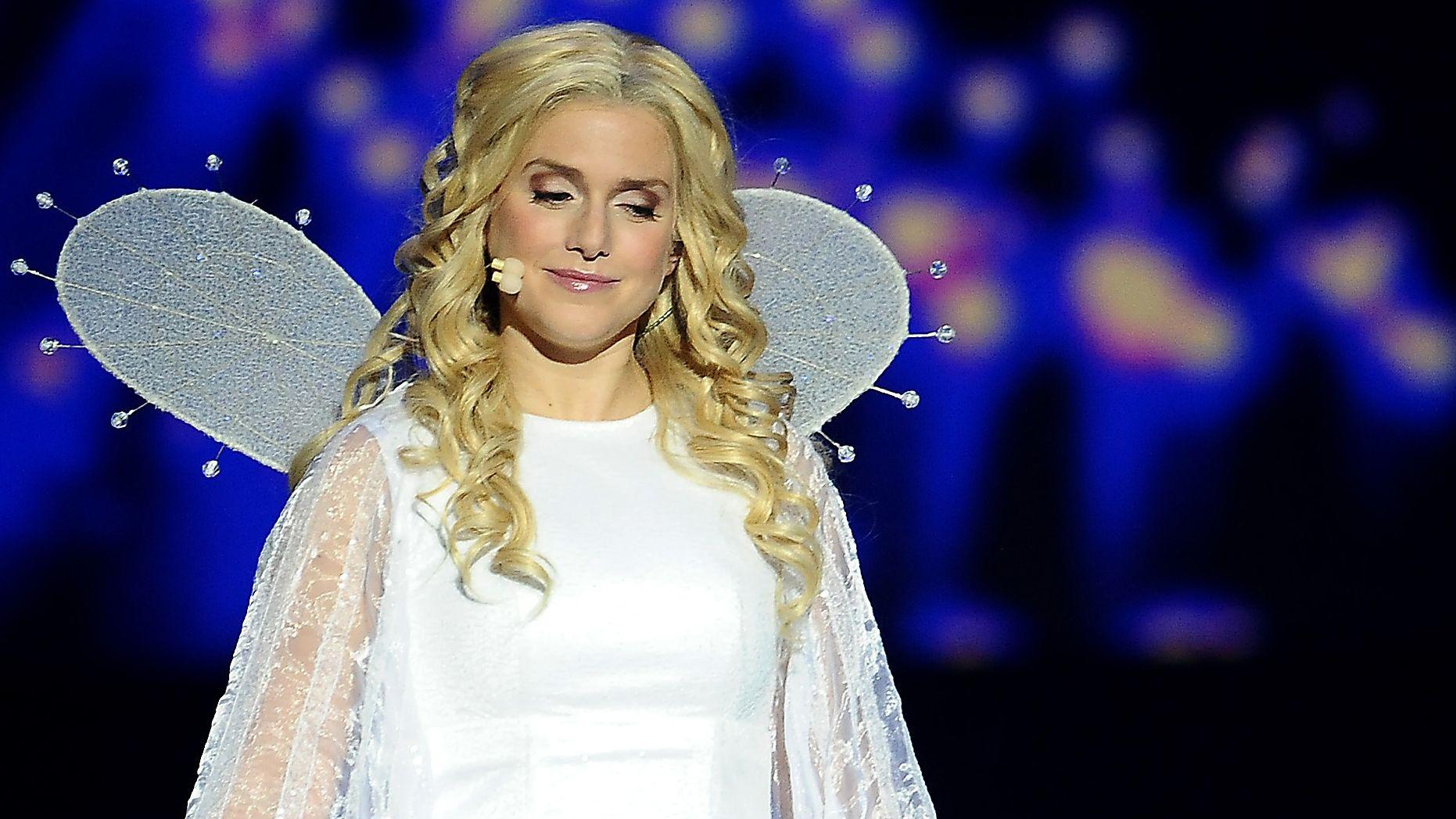 """Sängerin Jeanette Biedermann als Engel in weißem Gewand auf der Bühne des Musicals """"Vom Geist der Weihnacht"""", 2014 in Oberhausen Belle"""