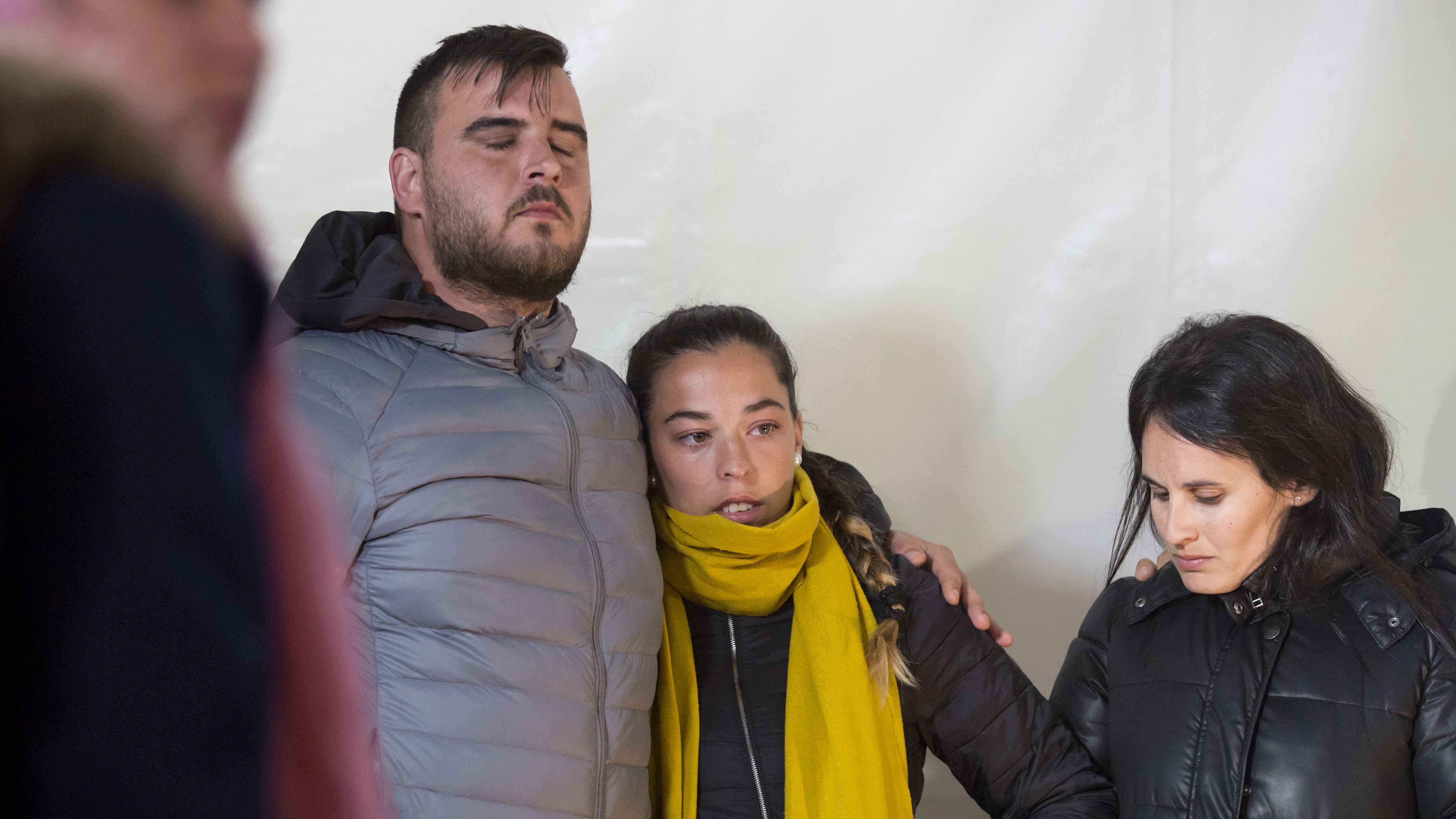 Die Eltern des zweijährigen Julien: Ihr Sohn war vor einem Jahr in ein tiefes und extrem enges Bohrloch gestürzt.
