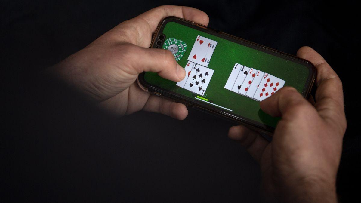 Ein Man spielt im Online-Casino