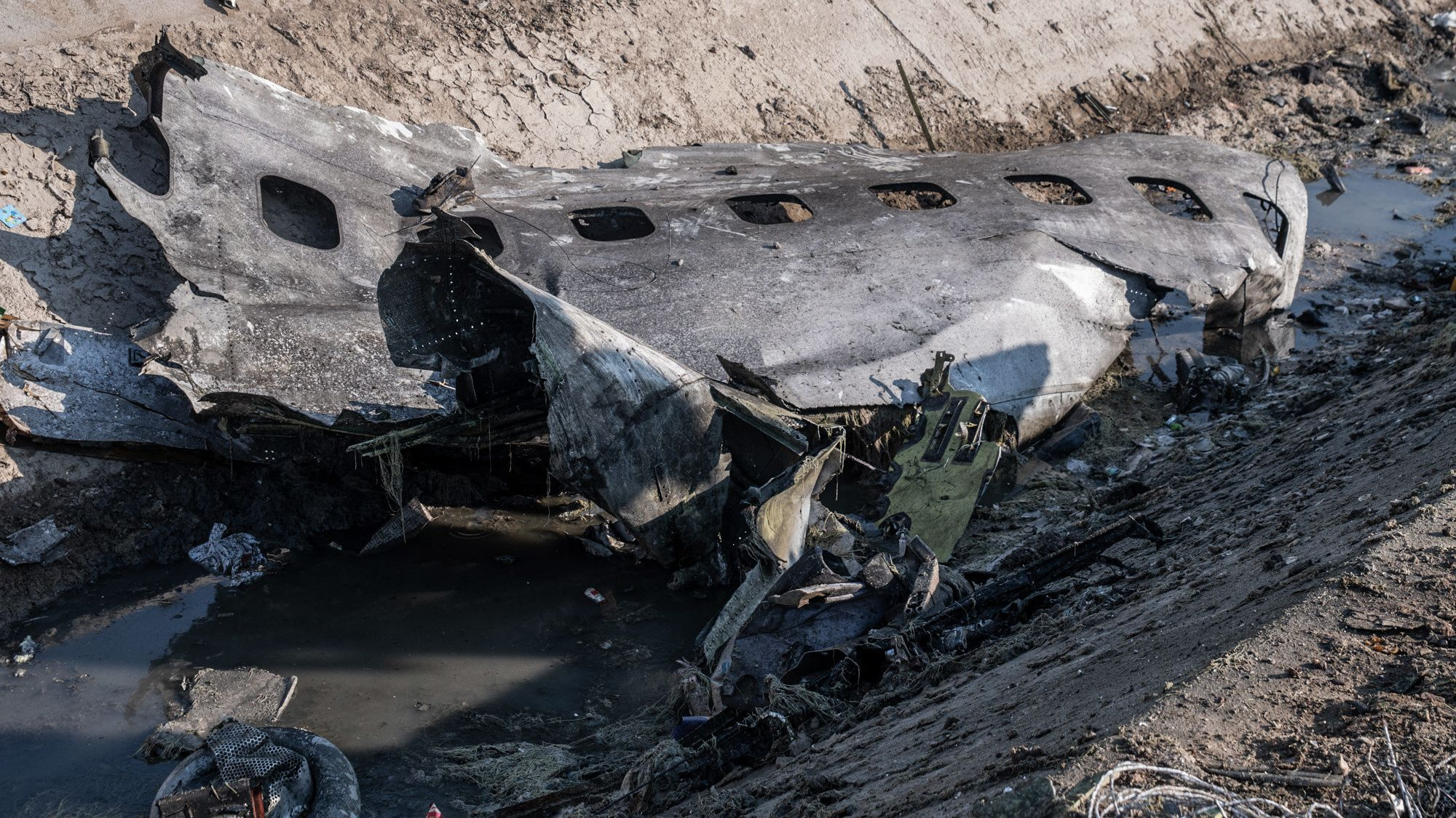 Ein Teil des Rumpfes des bei Teheran abgestürzten Passagierflugzeugs
