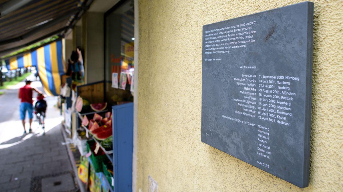 Am ehemaligen Obst- und Gemüseladen der Familie Kilic in München-Ramersdorf erinnert eine Gedenktafel an die Mordopfer des NSU.