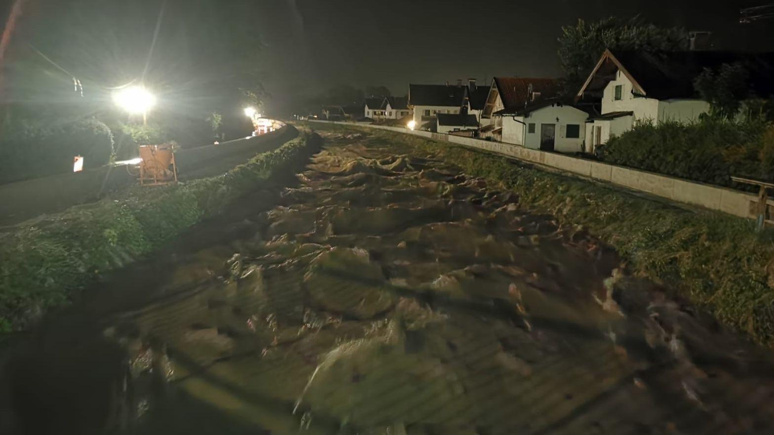 An einer Baustelle für mehr Hochwasserschutz in Rottach-Egern, wäre in der vergangenen Nacht beinah ein Damm gebrochen.