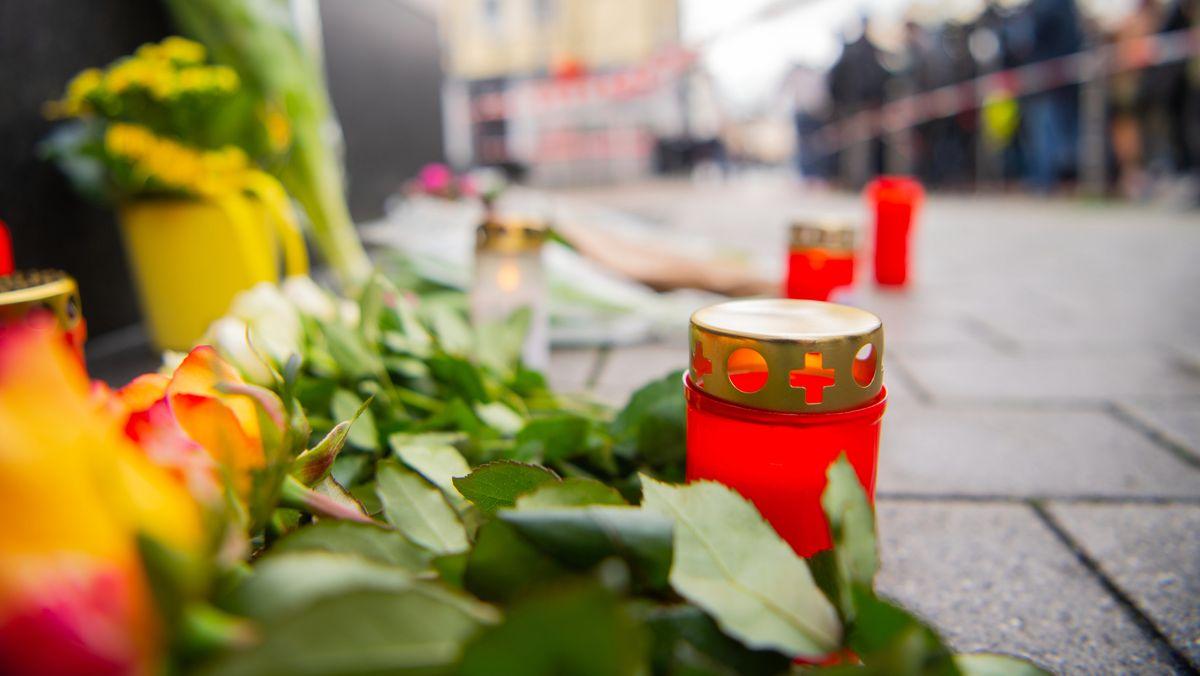 Hanau: Blumen liegen in der Nähe eines Tatorts in der Innenstadt. Bei Schüssen an zwei Shisha-Bars wurden mehrer Menschen getötet und verletzt.
