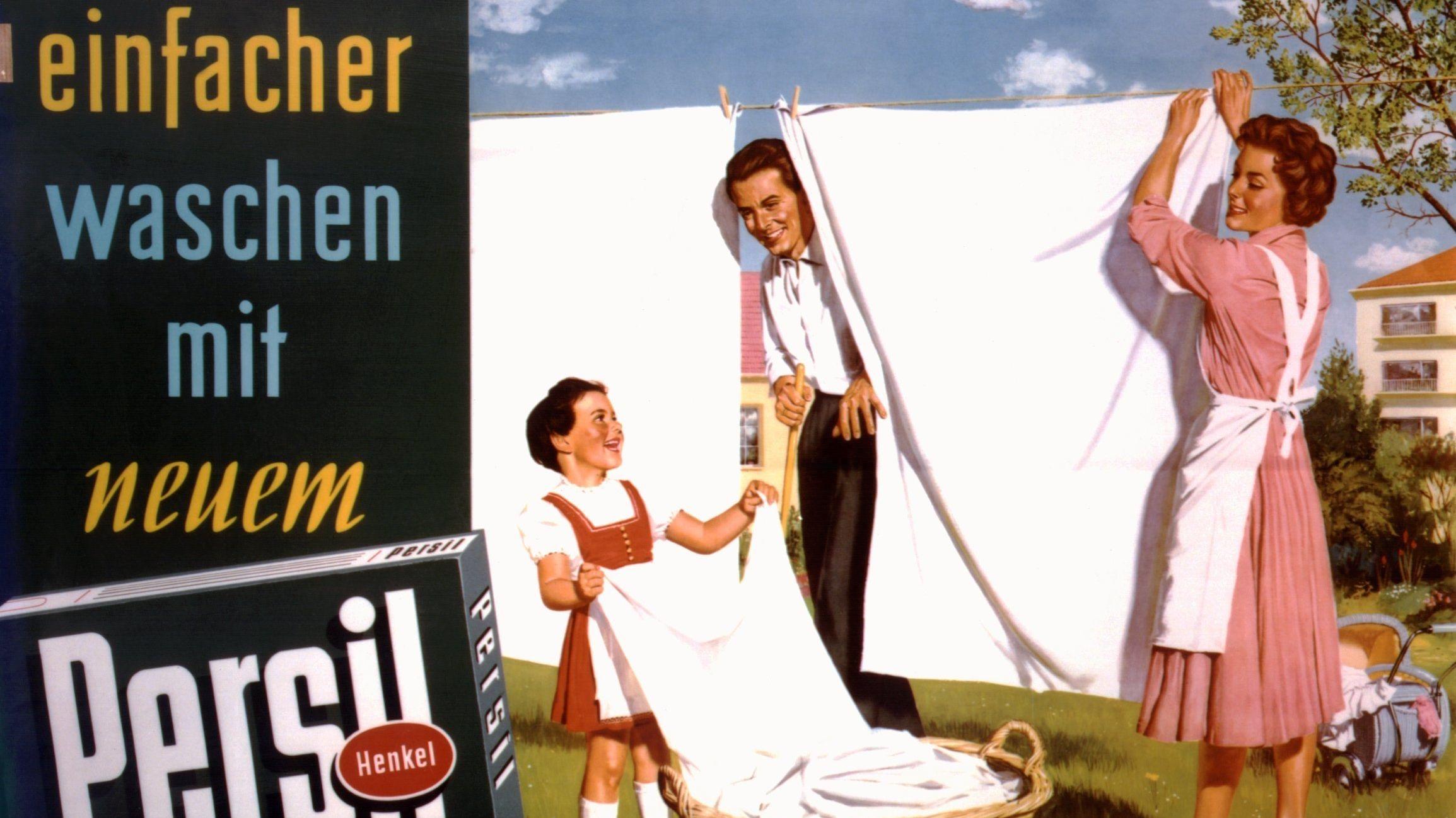 """Gleichberechtigung, 1956 noch ein radikaler Gedanke. """"Persil""""-Werbe-Plakat von 1956: Der Vater freut sich, daß das Waschen mit Persil seiner adretten Frau und seiner ebenso adretten kleinen Tochter offensichtlich viel Freude bereitet und beim Aufhängen der blütenreinen Wäsche nur fröhliche Gesichter zu sehen sind. """"Einfacher waschen mit neuem Persil"""" verspricht ja auch das Plakat aus dem Jahr 1956."""