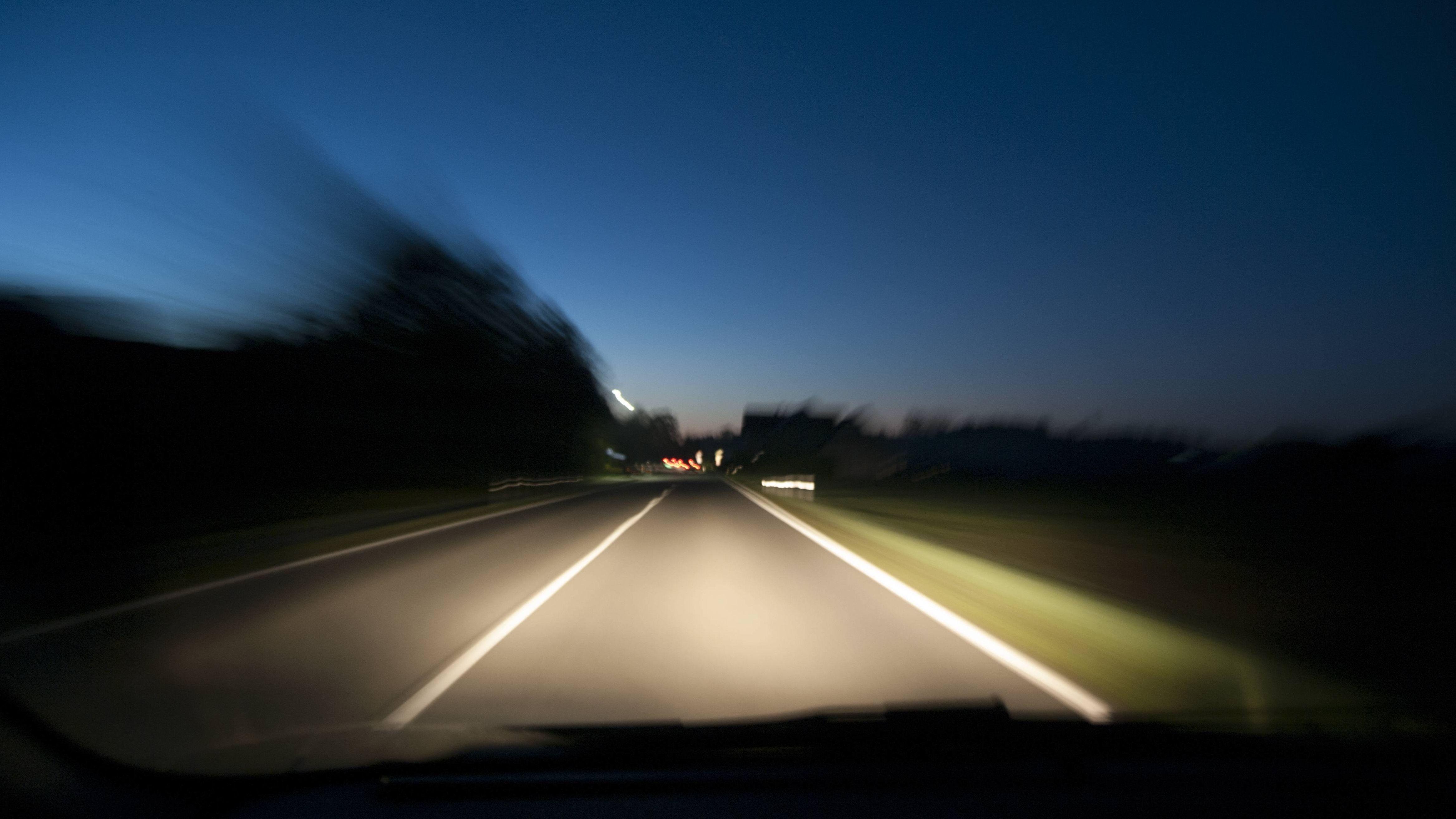 Raserei in der Nacht (Symbolbild).
