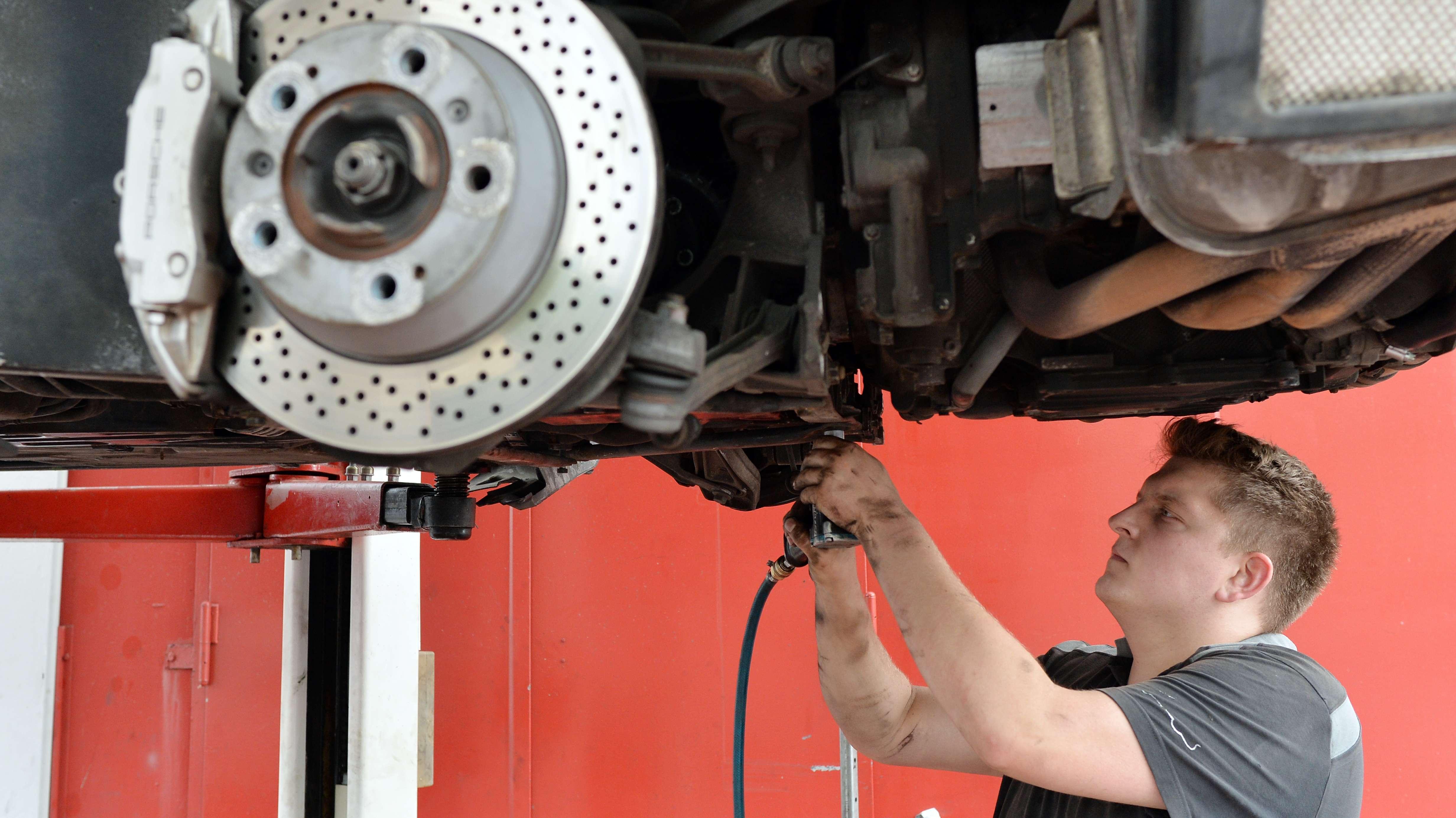 Ein Kfz-Mechaniker arbeitet an einem Auto