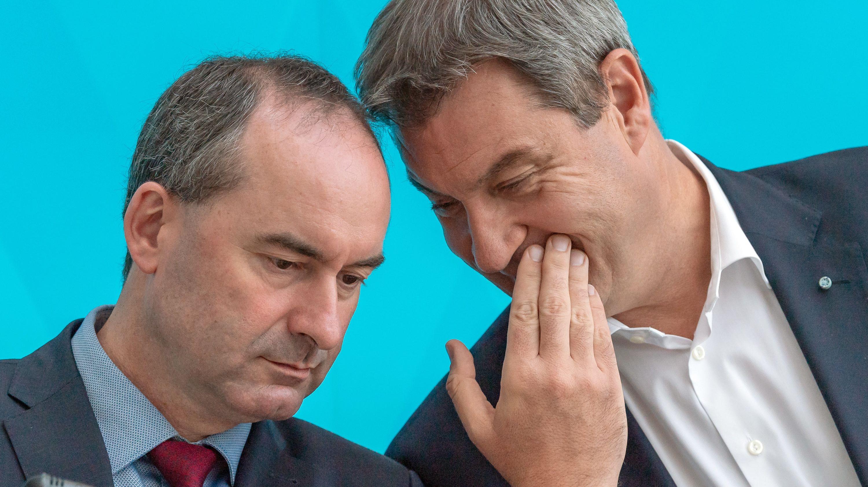 Archivbild: Vize-Ministerpräsident Hubert Aiwanger von den Freien Wählern sitzt neben Ministerpräsident Markus Söder.
